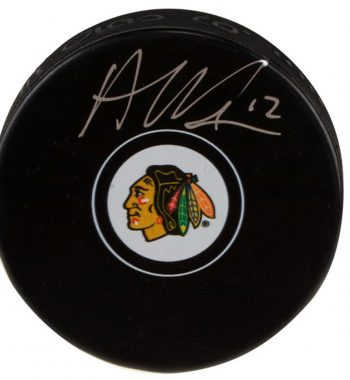 Alex DeBrincat de los Chicago Blackhawks puck firmado